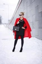 Стильное красное пальто в сочетании с черным платьем